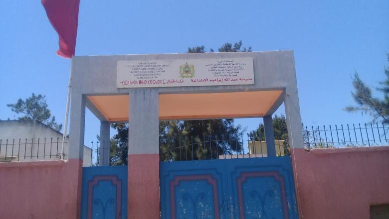 سابقة ... بسبب خلاف مالي مقاول ينزع نوافذ أقسام مدرسة بسلا